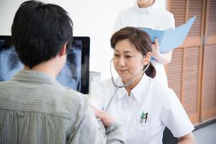 女医に受診する男性患者と看護師の写真素材 [FYI01533504]
