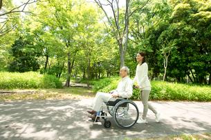 車椅子の老人と女性の写真素材 [FYI01533546]