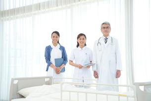 病院ベッドの前の医者と看護師の写真素材 [FYI01533583]