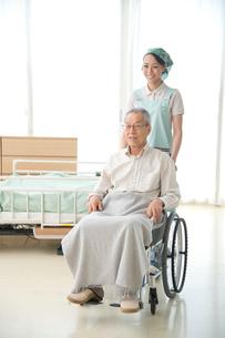 車椅子の老人と介護ヘルパーの写真素材 [FYI01533584]