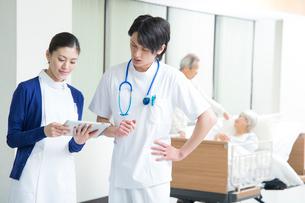 入院シニア患者と医者と看護師の写真素材 [FYI01533697]