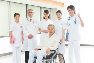 車椅子のシニア患者と医者と看護師集合の写真素材 [FYI01533698]