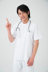 指差しする医者の写真素材 [FYI01533706]