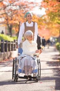 車椅子のシニア女性と介護ヘルパーの写真素材 [FYI01533710]