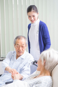 ベッドと車椅子の入院シニア患者と看護師の写真素材 [FYI01533737]