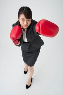 ボクシングするOLの写真素材 [FYI01533750]