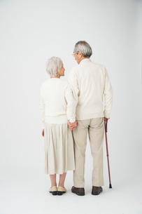 ステッキを持って寄り添う老夫婦後姿の写真素材 [FYI01533834]
