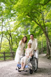 森林浴する車椅子の母と中高年夫婦の写真素材 [FYI01533910]