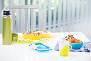 お弁当と水筒の写真素材 [FYI01533932]