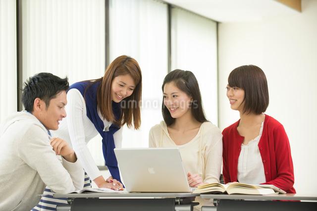 講義室で自習する大学生男女四人の写真素材 [FYI01534001]