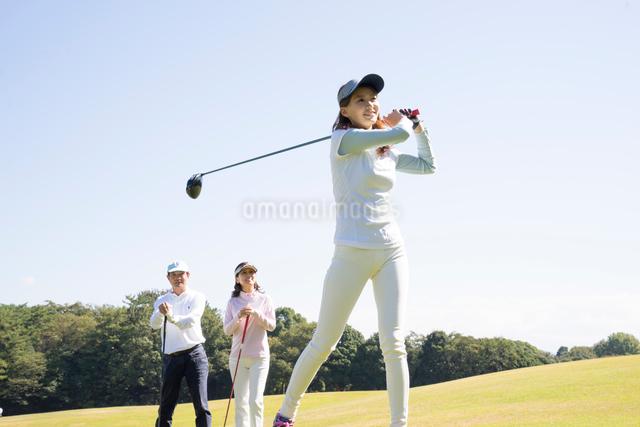 ゴルフをする家族の写真素材 [FYI01534012]