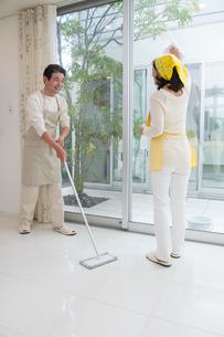掃除をする中高年夫婦の写真素材 [FYI01534024]