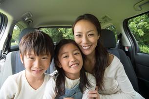 車の中の母と子供男女の写真素材 [FYI01534030]