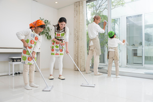 掃除をする家族四人の写真素材 [FYI01534078]