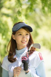 ゴルフをする20代女性の写真素材 [FYI01534079]