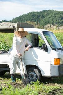 農作業するシニア男性と軽トラックの写真素材 [FYI01534104]