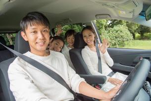 車の中の家族の写真素材 [FYI01534170]