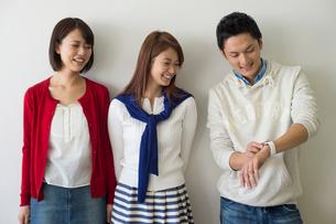 ウェアラブルウォッチを見る大学生男女三人の写真素材 [FYI01534214]