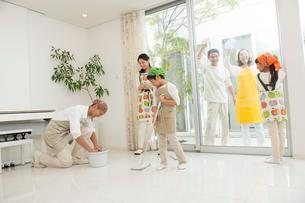 掃除をする三世代家族の写真素材 [FYI01534220]