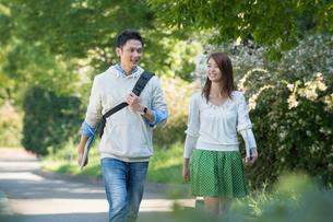 キャンパスを歩く大学生カップルの写真素材 [FYI01534242]