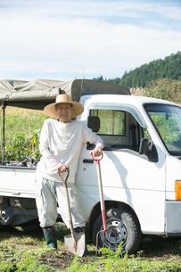 農作業するシニア男性と軽トラックの写真素材 [FYI01534249]