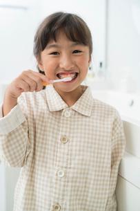 歯磨するパジャマの女の子の写真素材 [FYI01534371]