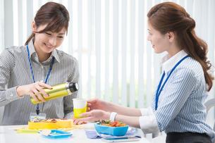 オフィス内でお弁当を食べるOL2人の写真素材 [FYI01534376]