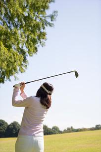 ゴルフをする中高年女性の写真素材 [FYI01534405]