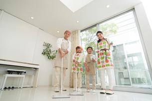 掃除をする四人家族の写真素材 [FYI01534428]