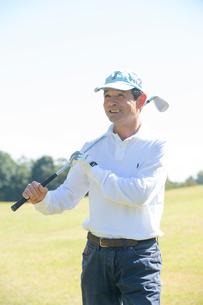 ゴルフをする中高年男性の写真素材 [FYI01534438]