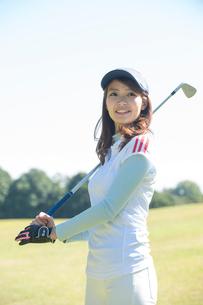 ゴルフをする20代女性の写真素材 [FYI01534488]