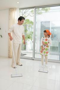 掃除をする中高年男性と孫の写真素材 [FYI01534571]