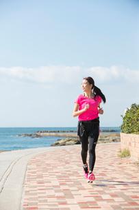 海岸をランニングする女性の写真素材 [FYI01534617]