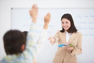授業中の女性教師と小学生の生徒の写真素材 [FYI01534644]