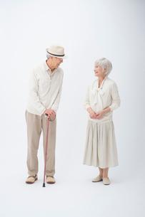 シニア女性と帽子とステッキの旦那様の写真素材 [FYI01534663]