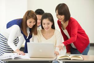 講義室で自習する大学生男女四人の写真素材 [FYI01534688]