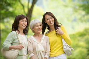 旅行先で新緑の風景を見る三世代女性の写真素材 [FYI01534710]
