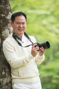 一眼レフカメラで写真を撮る中高年男性の写真素材 [FYI01534732]