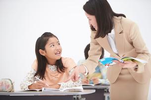 授業中の女性教師と小学生の生徒の写真素材 [FYI01534735]