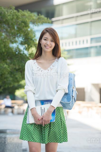 キャンパスの女子大生の写真素材 [FYI01534751]