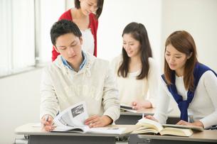 講義室で自習する大学生男女四人の写真素材 [FYI01534807]