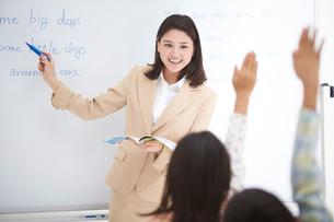 授業中の女性教師と小学生の生徒の写真素材 [FYI01534841]