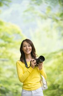 一眼レフカメラで写真を撮る女性の写真素材 [FYI01534874]