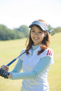 ゴルフをする20代女性の写真素材 [FYI01534959]