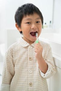 歯磨するパジャマの男の子の写真素材 [FYI01535038]