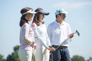 ゴルフをする家族の写真素材 [FYI01535052]