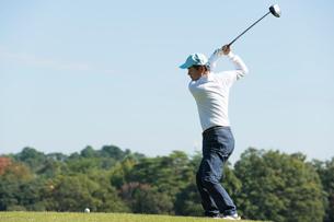 ゴルフをする中高年男性の写真素材 [FYI01535063]