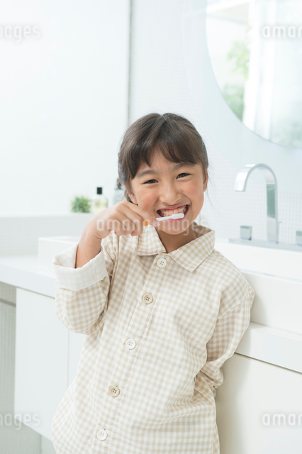 歯磨するパジャマの女の子の写真素材 [FYI01535122]