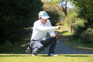 ゴルフをする中高年男性の写真素材 [FYI01535159]