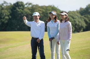 ゴルフをする家族の写真素材 [FYI01535173]